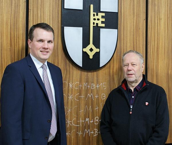 Bürgermeister Tobias Stockhoff (links) und Günter Pelloth im großen Sitzungssaal des Rathauses