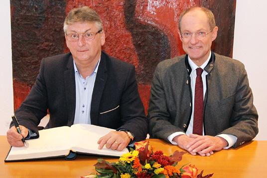 Das Bild zeigt Bürgermeister Ulrich Roland und Bürgermeister Stanislav Chovanec