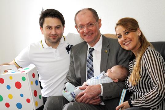 Das Bild zeigt die Familie Bagli und Bürgermeister Roland
