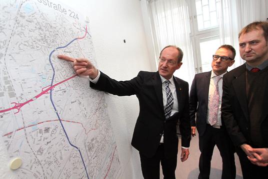 Das Bild zeigt Bürgermeister Ulrich Roland und Peter Wenzel