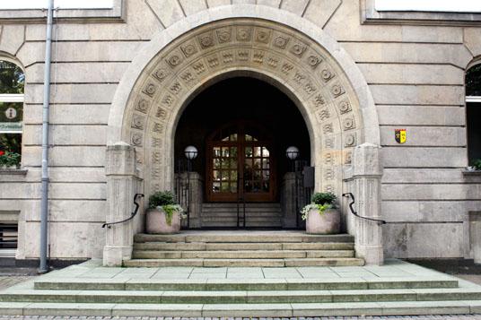 Das Bild zeigt das Rathausportal