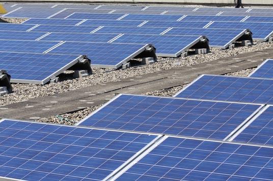 Das Bild zeigt eine Solaranlage