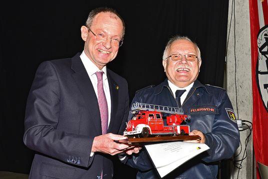 Das Bild zeigt Bürgermeister Ulrich Roland und Josef Dehling