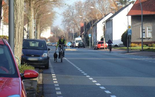 Das Bild zeigt einen Radfahrer auf dem Schutzstreifen