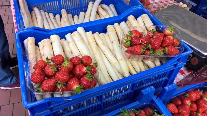 Spargel und Erdbeeren vom Wochenmarkt