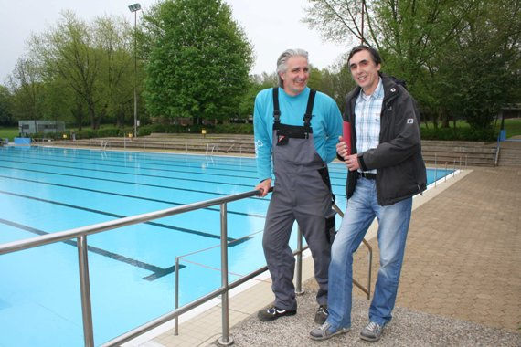 Vor dem Schwimmerbecken stehen Klaus Cordes (Betriebsleiter Mollbeck, links) und Heinz Bu&szlig;mann (Verwaltungsbereich B&auml;der).