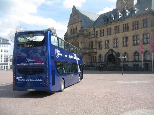 Doppelstock-Cabriobus vor dem Rathaus
