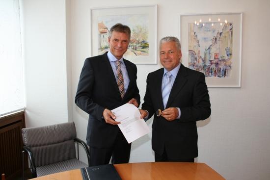 Bürgermeister Christoph Tesche (l.) hat von Martin Groll, Leiter des Standesamts, die Bestellungsurkunde und das Landessiegel und damit die Lizenz zum Trauen erhalten.
