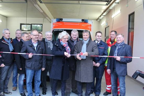 Bürgermeister Christoph Tesche (4.v.r.) und Dezernentin Genia Nölle (Mitte) eröffneten gemeinsam mit Vertretern der Stadtverwaltung und Politik die Rettungswache in Recklinghausen-Ortloh.