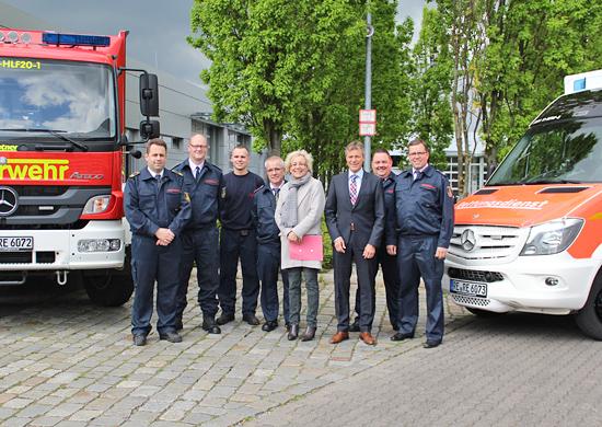 Bürgermeister Christoph Tesche (3.v.r.) und Ordnungsdezernentin Genia Nölle (4.v.r.) stellen gemeinsam mit Thorsten Schild (Leiter der Feuerwehr, l.), Thorsten Nörenberg (Sachgebietsleiter Technik, 2.v.l.), Marvin Barz (3.v.l.), Ludger Widdel (beide Feuerwehr Recklinghausen, 4.v.l.), Peter Huge (Sachgebietsleiter Rettungsdienst, 2.v.r.) und Andreas Schulte Sasse (stellvertretender Leiter der Feuerwehr, r.) die neuen Einsatzwagen vor.