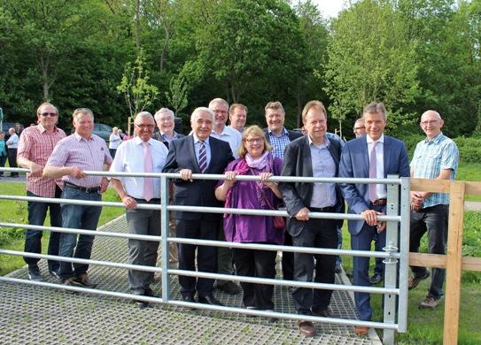 Bürgermeister Christoph Tesche (2.v.r.) eröffnet gemeinsam mit Vertretern der Verwaltung und Politik das Gartenband