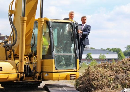 Bürgermeister Christoph Tesche (r.) und Regierungspräsident Prof. Dr. Reinhard Klenke (l.) geben auf dem Bagger den Startschuss für die Arbeiten.