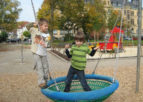 spielende Kinder im Erlbruchpark