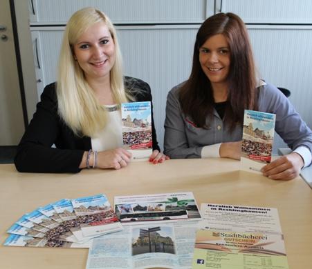 Bei ihnen gibt es das neue Faltblatt und die Gutscheine bei der Anmeldung: Andrea Zilch (l.) und Kristina Brem (r.) aus dem Bürgerbüro.