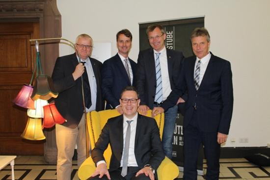 Der neue Quartiersmanager Jochen Sandkühler (sitzend) mit RMG-Geschäftsführer Ekkehard Grunwald, Georg Gabriel, Axel Tschersich (Fachbereich Wirtschaftsförderung) und Bürgermeister Christoph Tesche (v.l.n.r.).