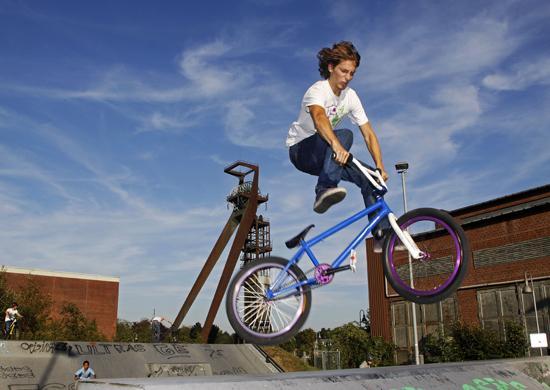 Junge beim Sprung auf BMX Fahrrad