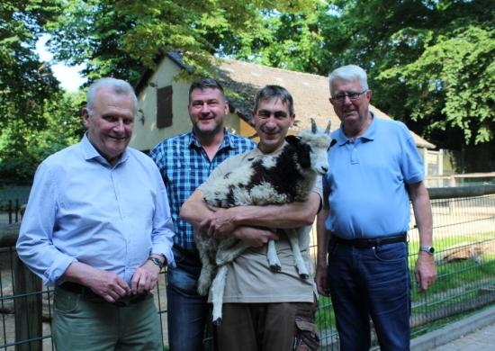 Gerade angekommen und schon abgelichtet: Das noch junge Jakobschaf-Männchen auf dem Arm von Tierpfleger Ralf Haidenkummer gemeinsam mit Stefan Klinger von den KSR sowie Dieter Bredenbrock und Elmar Bose vom Tierpark-Förderverein.