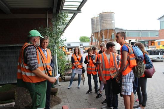 Ausbildungsmesse - KSR.jpg - Eine Schülergruppe gemeinsam mit Bürgermeister Christoph Tesche bei den Gärtnern.