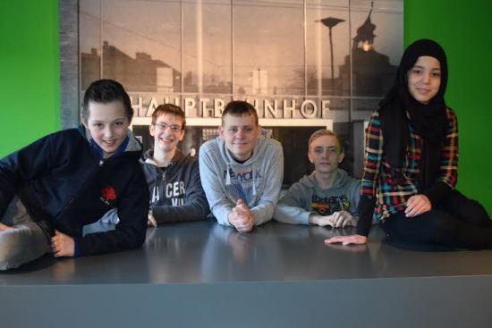 Pressefoto-Museumsprojekt.jpg - Peer-Teamer aus der ersten Projekteinheit im Institut für Stadtgeschichte - Gene, Andre, Steven, Philipp und Esma, v.l.n.r., Foto - Susanne Wessling