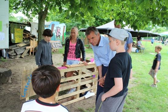 Paulihausen.jpg - Bürgermeister Christoph Tesche ließ sich von den Kindern durch die Werkstätten führen.