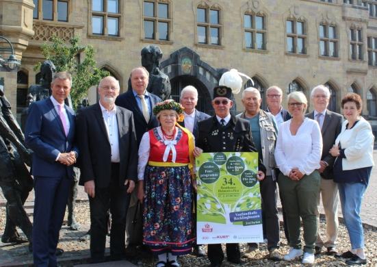 Bürgermeister Christoph Tesche und der Erste Beigeordnete Georg Möllers gemeinsam mit Teilnehmern und Organisatoren auf dem Rathausplatz.