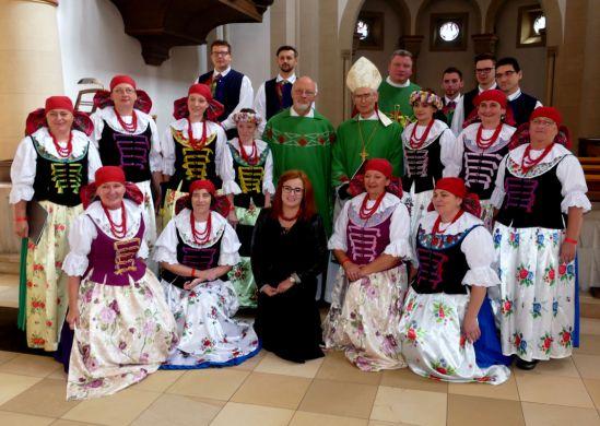 rzbischof Nossol mit dem Chorus Sanctus Gregorius und den Pfarrern Grothe und Sasiak in St. Paul. Foto: K.H. Kordon