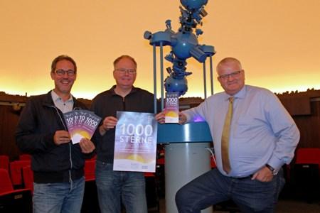 1000 Sterne.jpg -  Der Beigeordnete Ekkehard Grunwald - r.-, Sternwarten-Leiter Dr. Burkard Steinrücken - M. - und Organisator Lars Tottmann  -l.  von Arena Recklinghausen stellten die Veranstaltung vor.