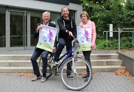 Fahrradtag.jpg - Das Programm zum Fahrradtag 2017 stellten der Technische Beigeordnete Norbert Höving - l. - , Nahverkehrs-Koordinator Simon Vogt und Dr. Marianne Scholas, Abteilungsleiterin Verkehrsplanung, vor.