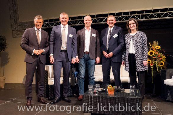 Bürgermeister Christoph Tesche und Pressesprecherin Corinna Weiß mit den Podiumsgästen des 28. Wirtschaftsempfangs der Stadt Recklinghausen.