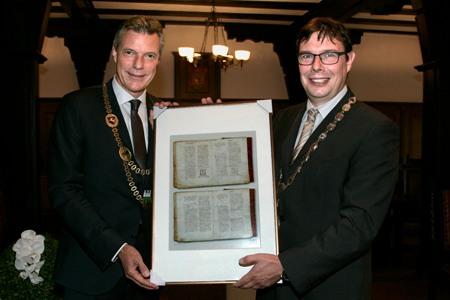 Pressefoto-Schmalkalden1 - Bürgermeister Christoph Tesche, r., und Schmalkaldens Bürgermeister Thomas Kaminski mit der Abschrift der Urkunde, in der Recklinghausen vor 1000 Jahren erstmals genannt wurde.