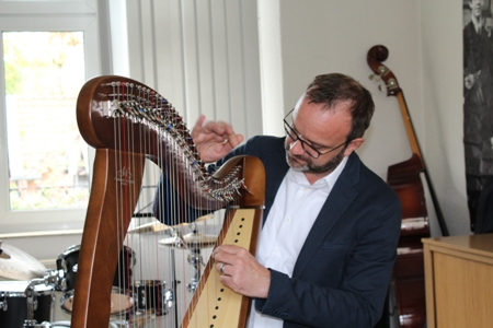 Pressefoto - Musikschulleiter Stefan Prophet an der Harfe.