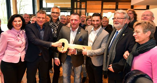 Bürgermeister Christoph Tesche  -2.v.l -. gibt den symbolischen Schlüssel an die Pächter Christian Rodewald und Timo Schmitz.