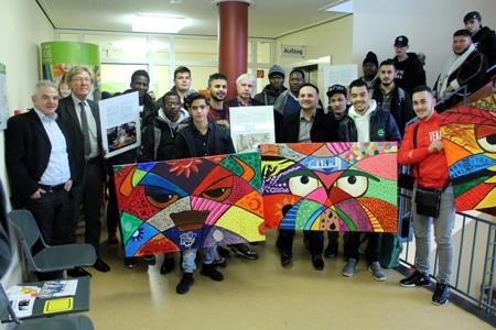 Pressefoto - Volker Hülsmann - Fachbereichsleiter Kinder, Jugend und Familie, l. - nahm die Kunstwerke der Schüler am Donnerstag im Stadthaus C entgegen.