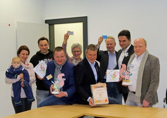 Bei einem offiziellen Termin übergab Bürgermeister Christoph Tesche dem Speckhorner Verein Dorfkind die Einbürgerungsurkunde und weitere Dokumente für das Speckhörnchen