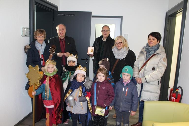 Erster Beigeordneter Georg Möllers empfing am Montag, 8. Januar, die Sternsinger von der Kindertagesstätte St. Peter im Stadthaus E.