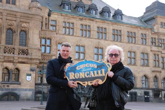 Bürgermeister Christoph Tesche und Roncalli-Direktor Bernhard Paul freuen sich auf die Premiere des neuen Circus-Roncalli-Programms in Recklinghausen.
