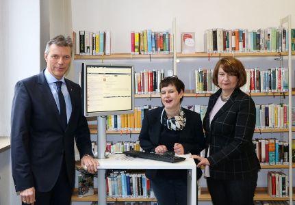 Auf dem Foto - Bürgermeister Christoph Tesche, die neue Stadtbücherei-Leiterin Heike Pflugner und Fachbereichsleiterin Beate Ehlert-Willert.