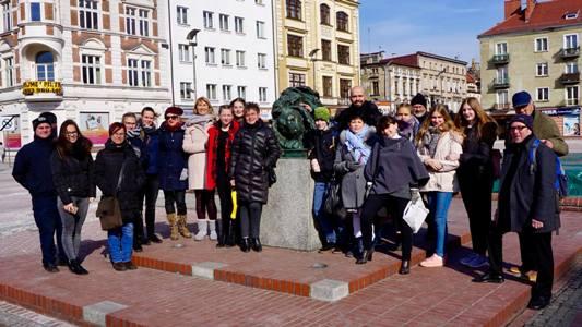Pressefoto 1-  Die Teilnehmer des EU-Projekttreffens während einer Stadtführung auf dem Marktplatz in Bytom.