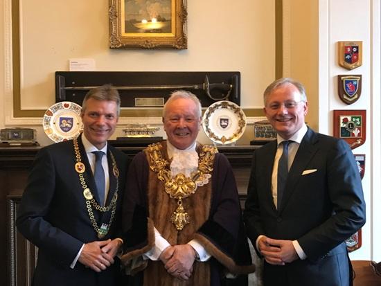 Christoph Tesche, links, gratulierte den Bürgermeistern Brian Rollo, Preston, Mitte, und Arjen Gerritsen, Almelo, zum Bestehen ihrer 70-jährigen Städtepartnerschaft