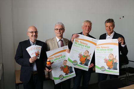 Auf dem Foto - Klaus Theil - Leiter Bürgerservice KS -, KSR-Leiter Uwe Schilling, Technischer Beigeordneter Norbert Höving und Bürgermeister Christoph Tesche präsentieren die Plakate zum Tag der offenen Tür.