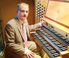 Orgelbild - Dr. Denis Tchorek an der Klais-Orgel.