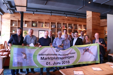 Pressefoto - Bürgermeister Christoph Tesche -l.- und Organisator Hans Timmermann -Mitte- stellten gemeinsam mit Vertretern der Stadt Recklinghausen und Sponsoren das diesjährige Teilnehmerfeld vor.
