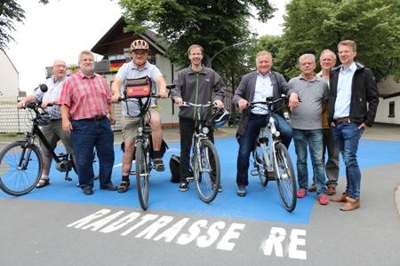 Pressefoto - Vertreter aus Verwaltung und Politik haben am Dienstag, 19. Juni, die Weserstraße als dritte Fahrradstraße in Recklinghausen vorgestellt.