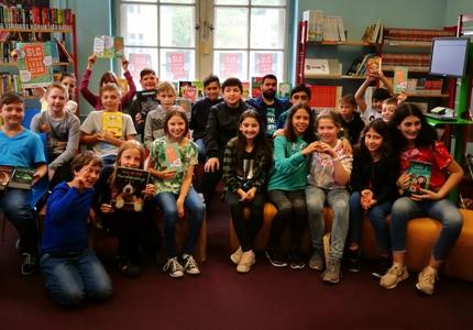 Pressefoto - Schüler der Wolfgang-Borchert-Gesamtschule haben zum Start des Sommerleseclubs in der Kinder- und Jugendbücherei Recklinghausen ein Book Casting veranstaltet.