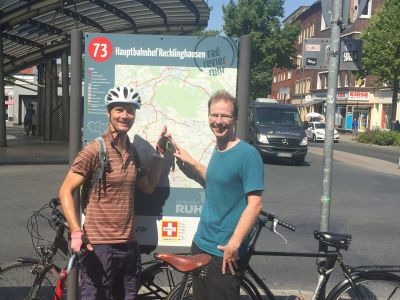 Bildzeile zu  - Bild Radrevier Ruhr -  Georg Gabriel , stellvertretender Fachbereichsleiter Wirtschaftsförderung, und Simon Vogt, Koordinator Nahmobilität, haben das neue Knotenpunkt-System getestet.