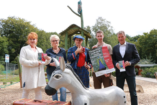 Bürgermeister Christoph Tesche - r. - stellte gemeinsam mit Katrin Kiesel - v.l.n.r. - , Abteilung Stadtmarketing und Tourismus, Heike Schulke, Inhaberin des Cafés am Tiergarten, Clown LIAR und Lukas Gers, leitender Tierpfleger, das Programm für das Tierparkfest 2018 vor.