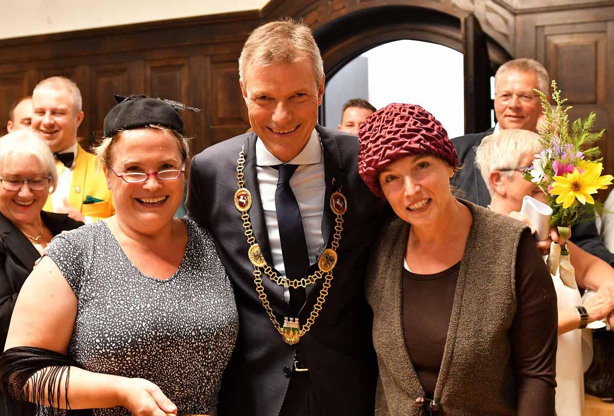 Bürgermeister Tesche mit zwei Teilnehmerinnen