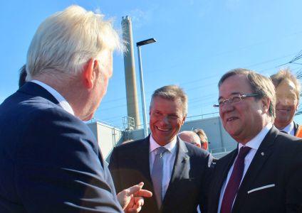 Bildzeile -  Gemeinsam mit Dortmunds Oberbürgermeister Bürgermeister Ullrich Sierau - l. - und Ministerpräsident Armin Laschet - r.-  tauschte sich Bürgermeister Christoph Tesche am Rande der Einweihung des Emscherkanals in Bottrop aus.