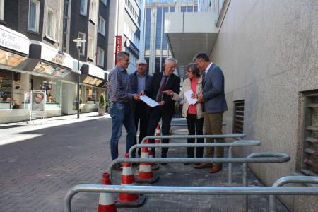 Sie stellten an der Rochusstraße die neuen Standorte der Abstellanlagen in der Altstadt vor: Axel Fritz, Friedhelm Baumgarten, Norbert Höving, Dr. Marianne Scholas und Christoph Tesche  -v.l. -