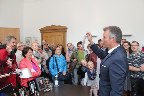 Im Büro des Bürgermeisters war es voll.